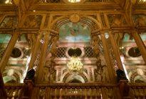 La scalinata di marmo barocca e i suoi specchi
