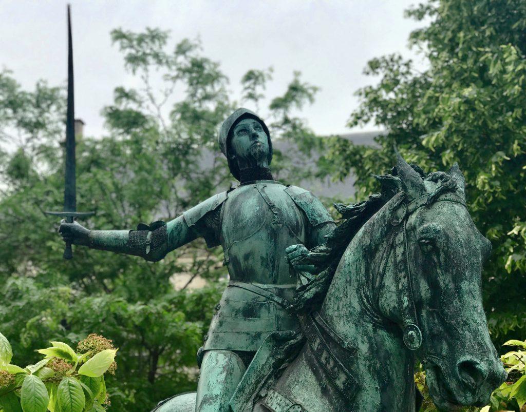 Statua di Jeanne d'Arc di fronte alla cattedrale di Reims